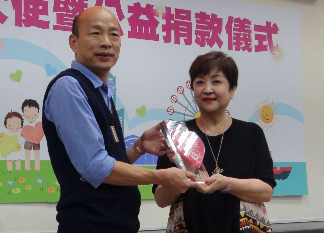 知名影星甄珍(右)捐100萬元助高雄弱勢,並出任高雄公益大使,高市長韓國瑜感動又