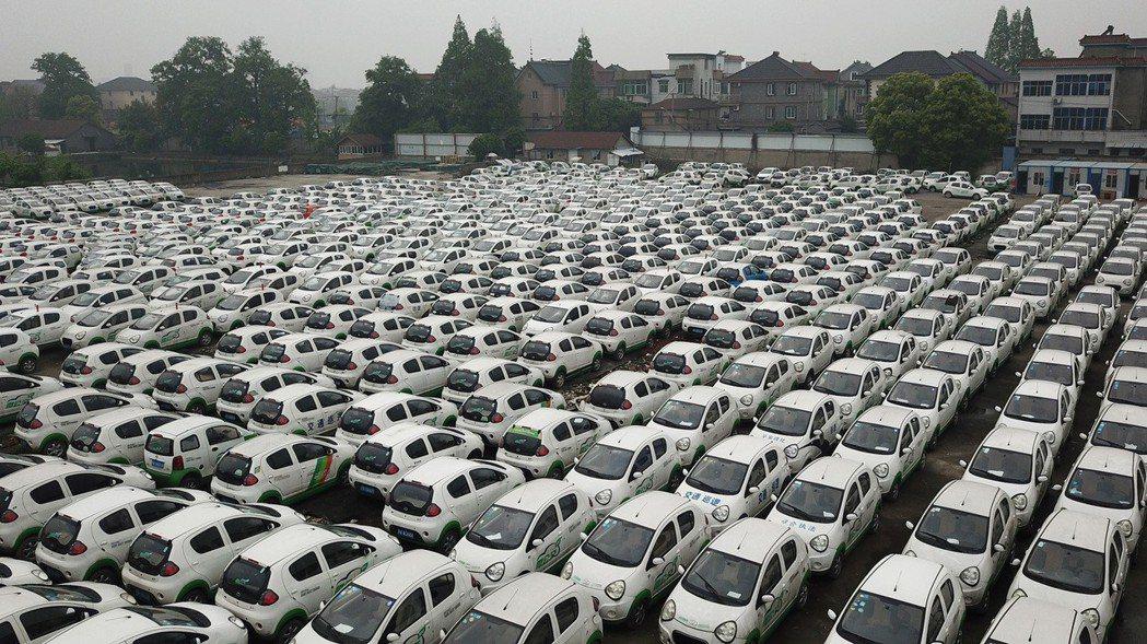 浙江杭州近3000輛被淘汰的共享汽車,最近集體停放在錢塘江邊。 (中新社)