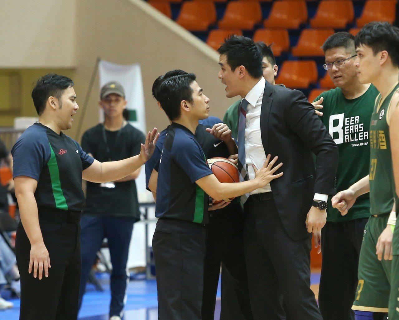 台啤昨天吞敗,教練王建惟(右三)賽後不滿裁判判決上前理論。記者林澔一/攝影