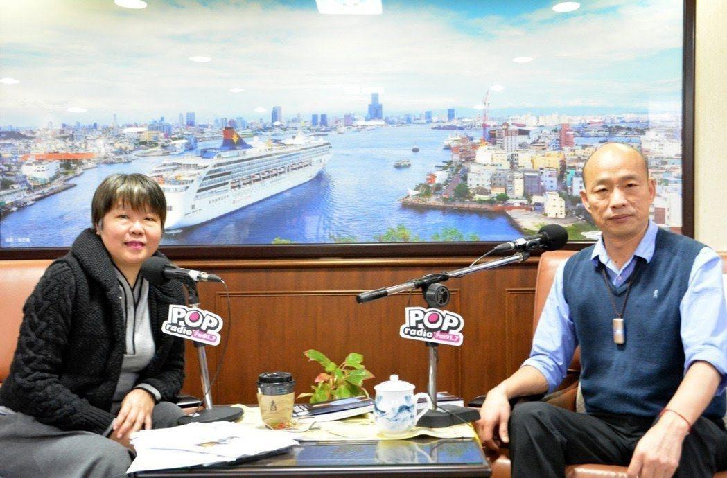 資深媒體人黃光芹(左)在廣播節目專訪高雄市長韓國瑜(右)。圖/「POP搶先爆」提...
