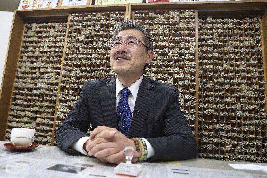 日本一些中小企業怕文件上舊年號來不及改,搶刻「令和」圖章。圖為東京一家圖章製造公...