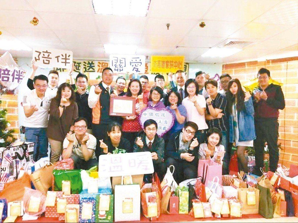 台灣人壽君悅通訊處已連續二年於過年前認領家扶中心逾百位孩子的許願卡,也邀請保戶一...
