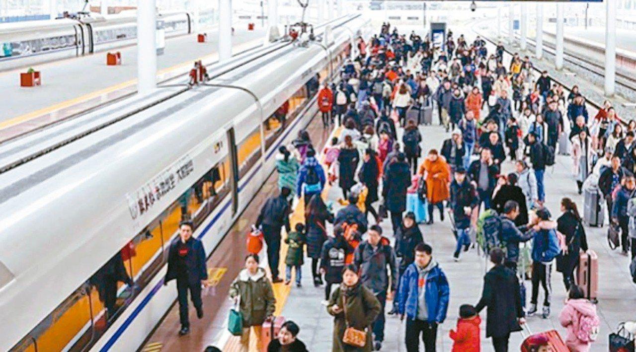 2018年大陸國家鐵路旅客運送量為33.17億人,年增9.2%。 中新社