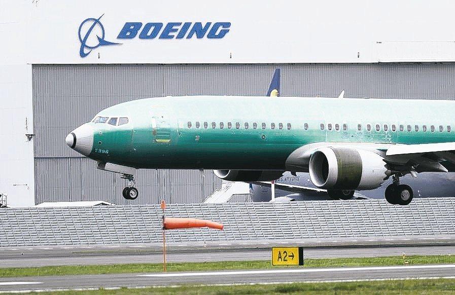 波音發表兩場空難而停飛後的首份財報,營收和現金流都低於市場預期。 美聯社