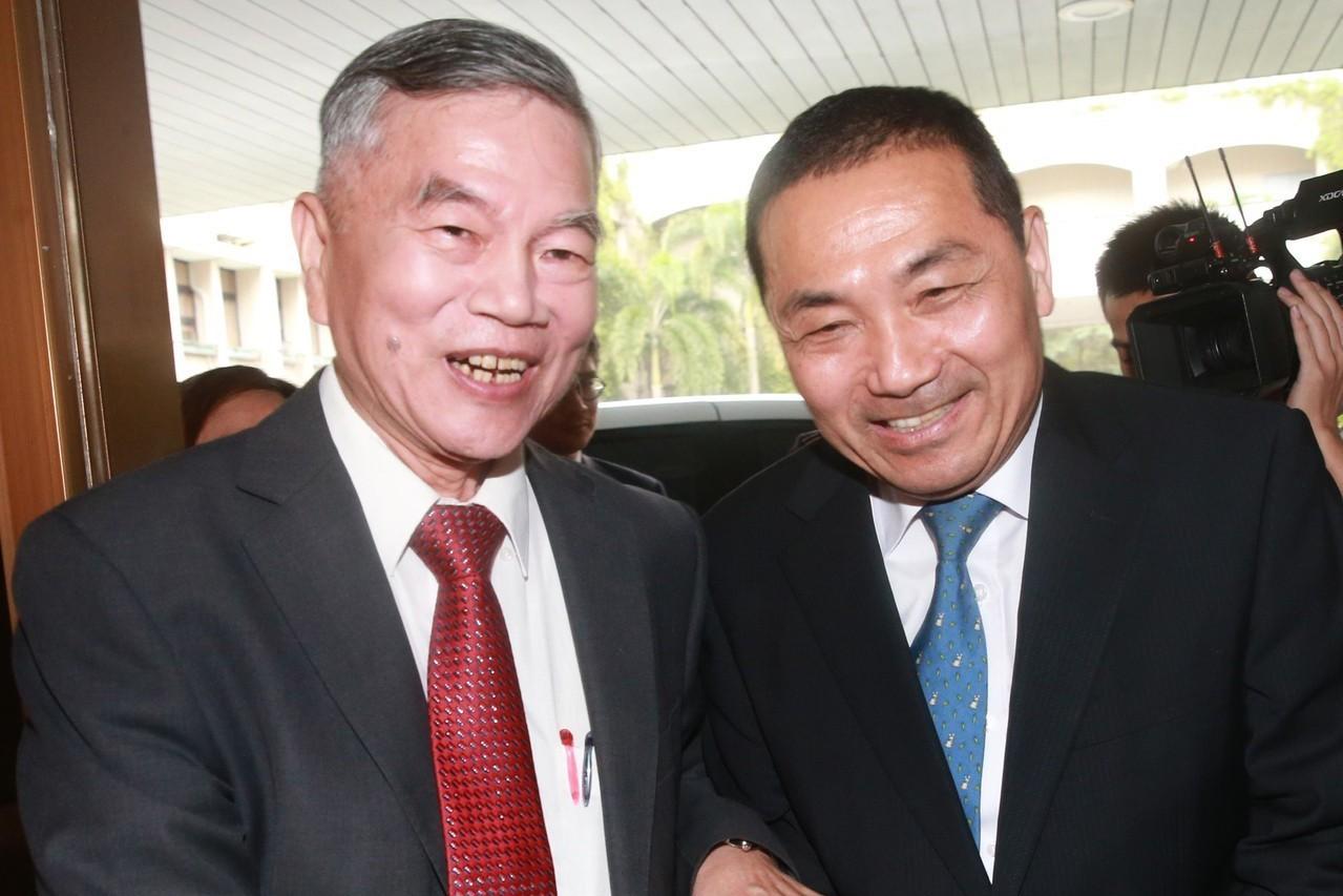經濟部長沈榮津(左)