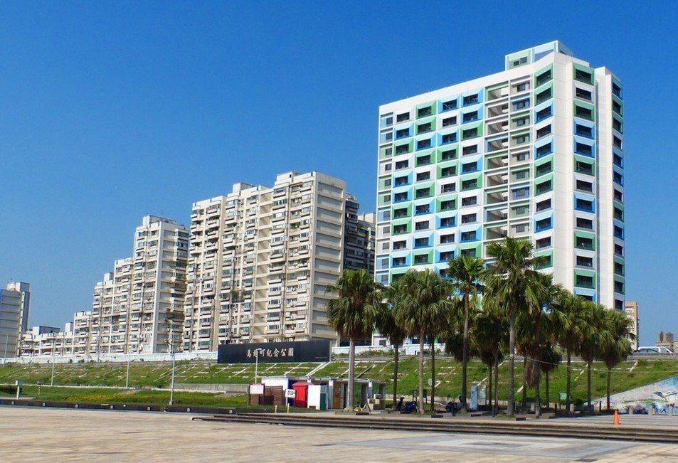 台北市都發局日前坦承8年「興建」的公宅戶數僅約2萬1千戶,其餘戶數用多元方式填補...