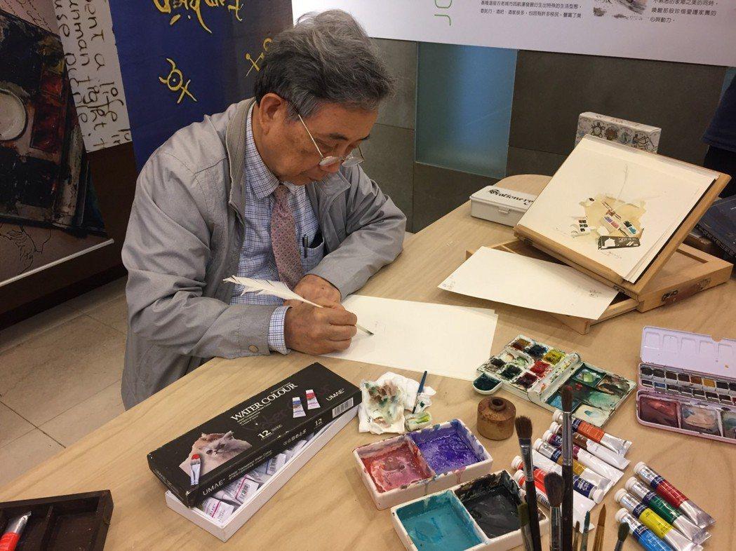 黃光男拿起鵝毛筆即興作畫。  南美館 提供