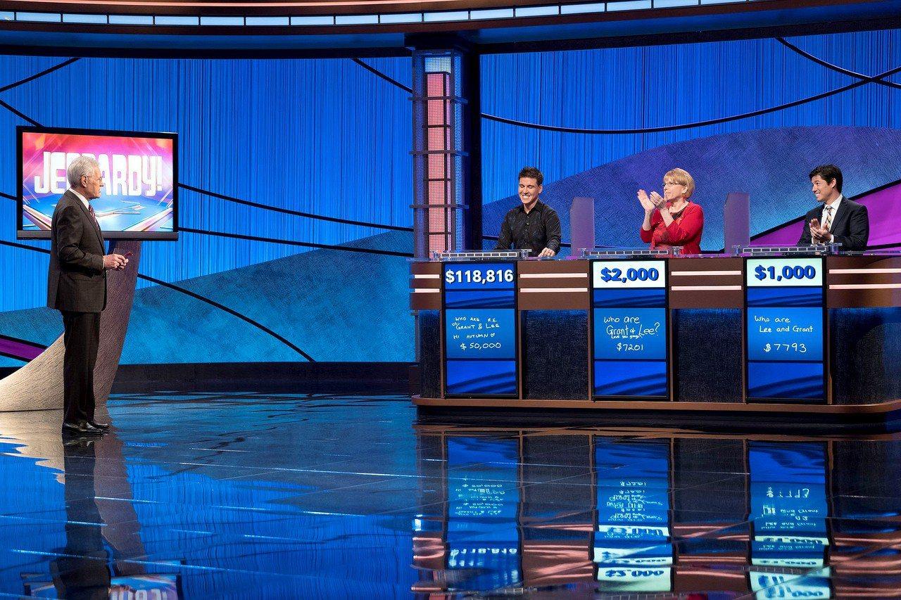 賀饒爾參加「Jeopardy」益智節目,獲得獎金已逾100萬元。圖為他獲勝時,對...