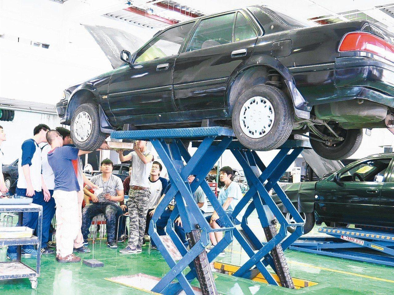 「車輛工程產學訓專班」學生接受職業技能培訓。 圖/聯合報系資料照片
