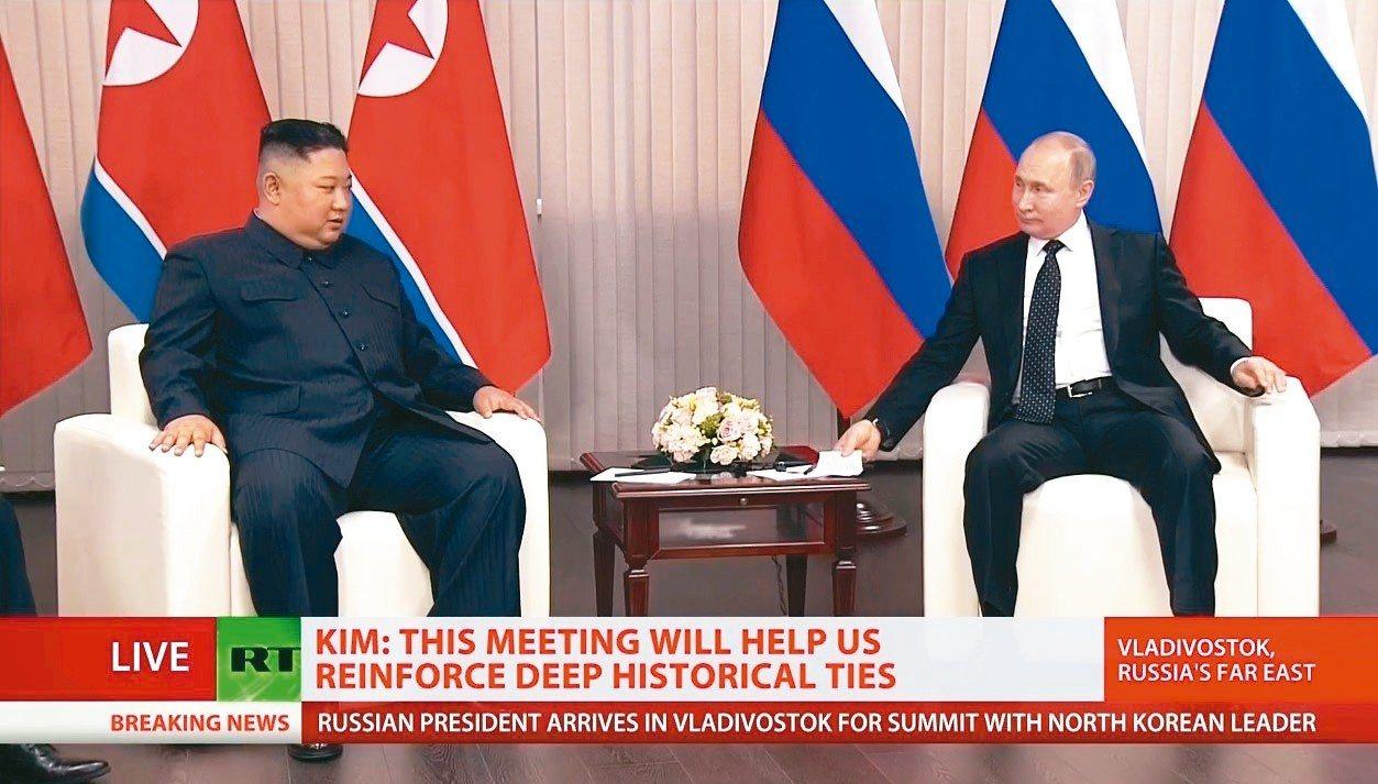 俄羅斯總統普亭(右)今天與北韓領導人金正恩舉行高峰會。 圖/取自俄羅斯電視台網站
