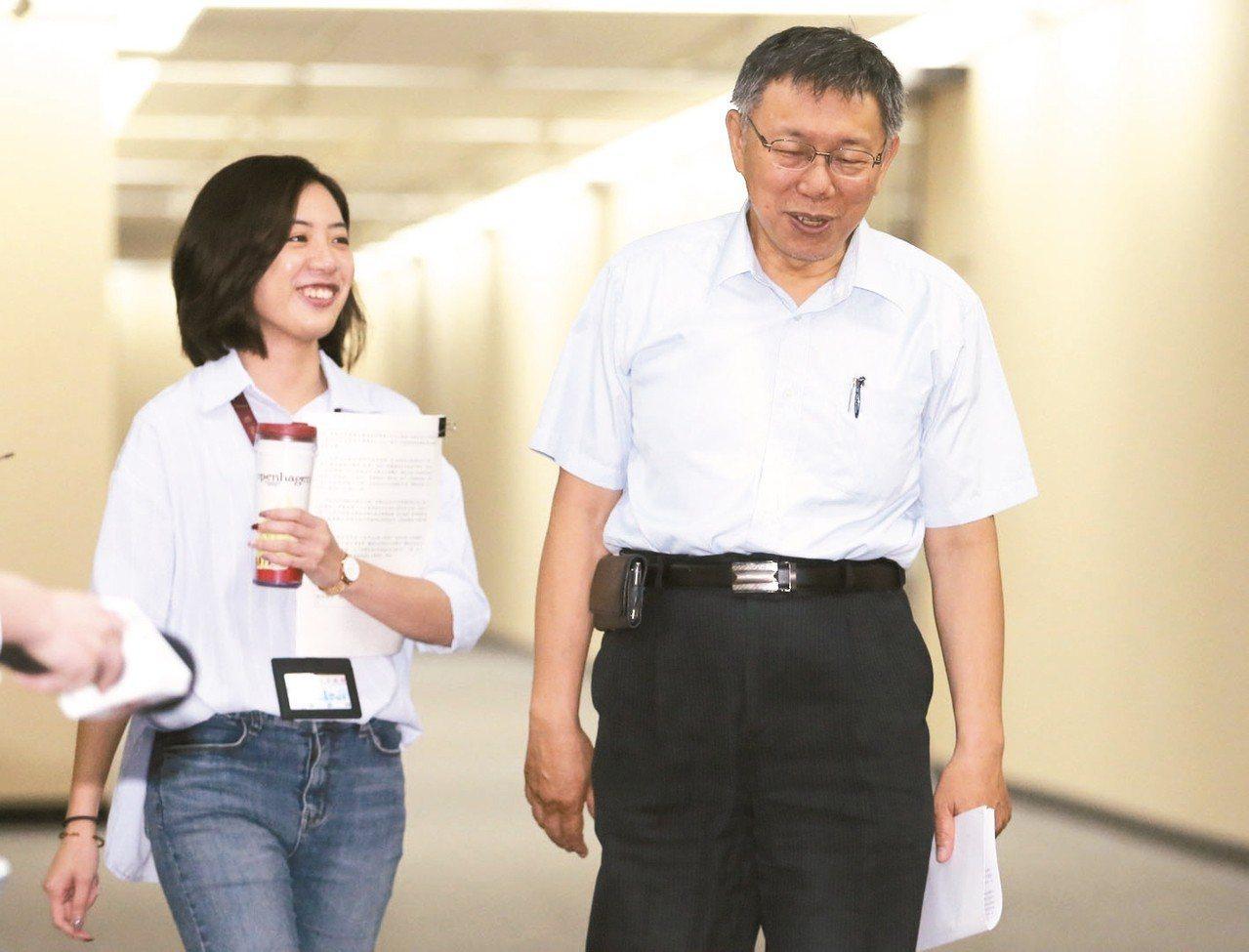 台北市長柯文哲(右),獲駐日代表謝長廷邀請,將於5月出席「台日觀光高峰論壇」。上...