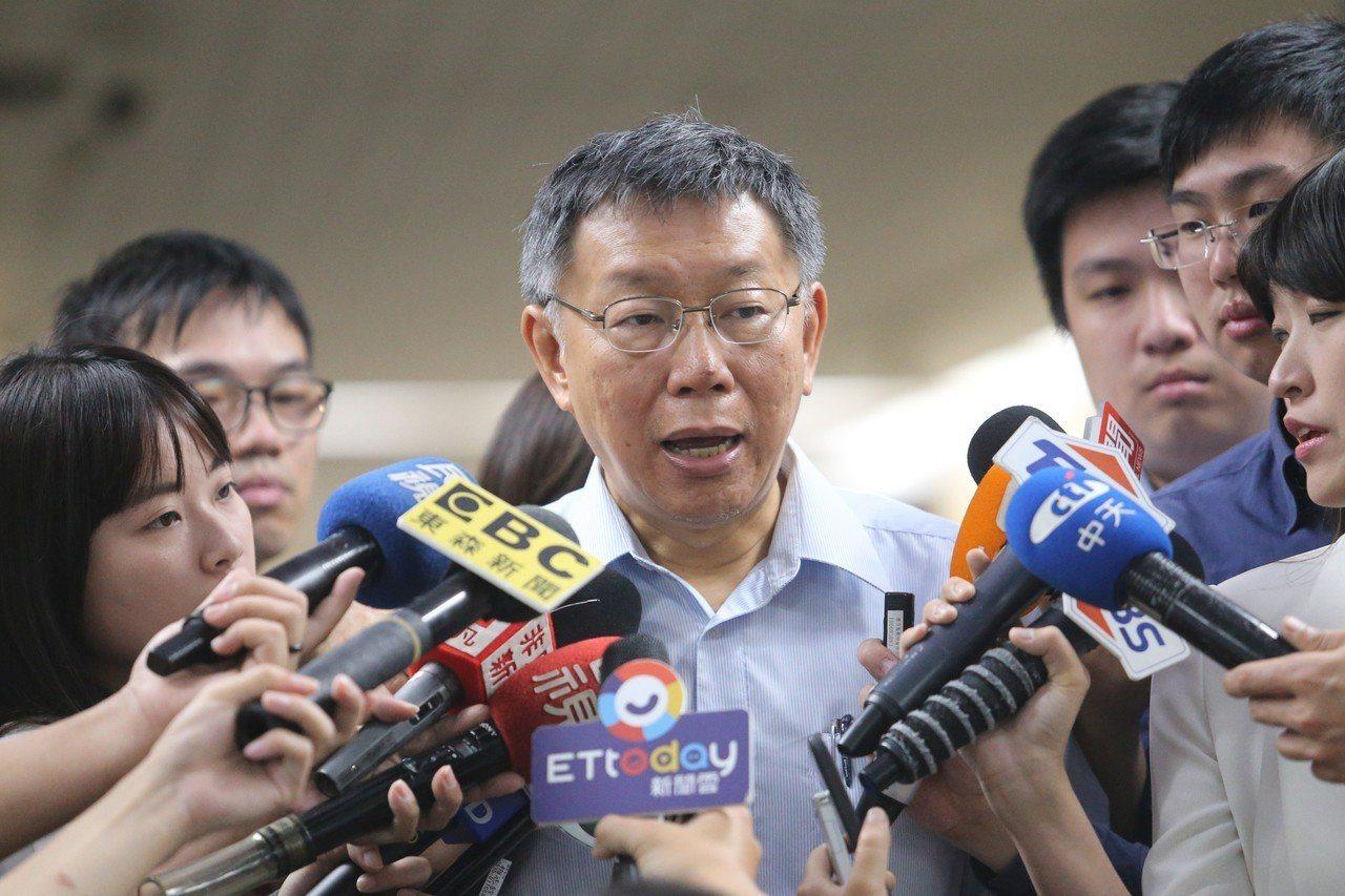 央行總裁楊金龍的隨扈昏倒,台北市長柯文哲(圖)協助急救。 聯合報記者許正宏/攝影