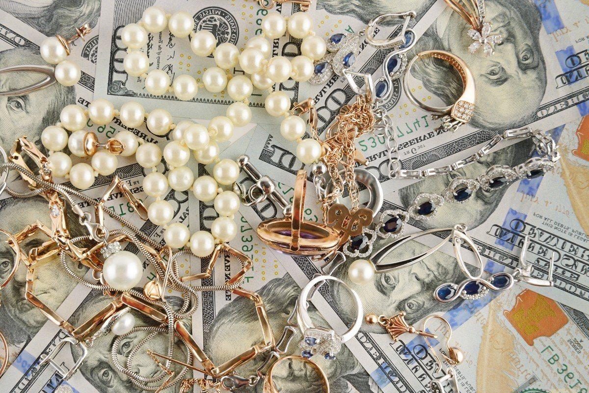 桃園市平鎮區一處民宅遭竊賊入侵,偷走價值約300萬元的珠寶金飾,警方在10小時內...