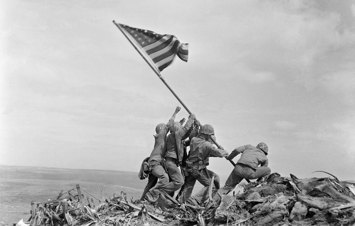 1945年2月23日,美軍官兵在硫磺島的摺缽山頭豎起國旗,從此成為陸戰隊的精神象...