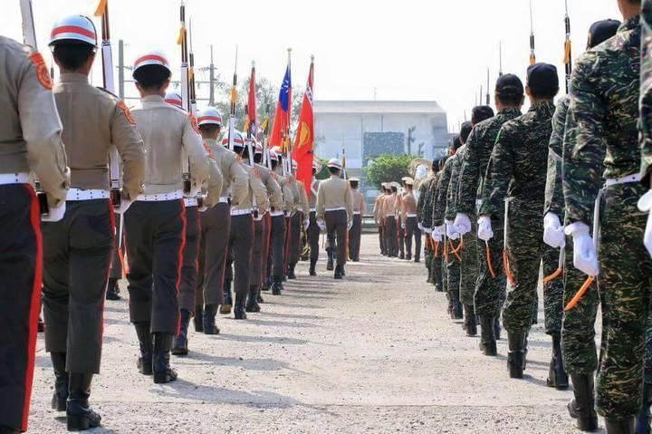 穿著虎斑迷彩的陸戰儀隊退伍官兵(右)與現役學弟們同台表演。圖/陸戰隊提供