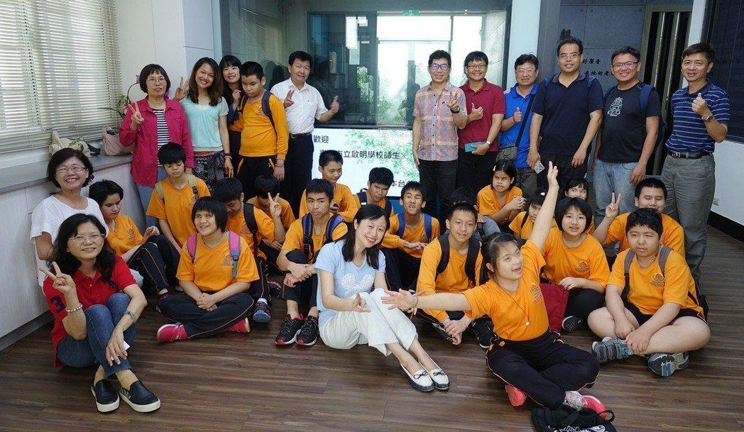 臺中市立啟明學校師生參訪正聲廣播公司台中台。