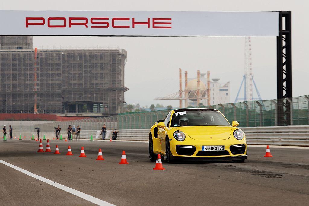 Braking緊急煞車關卡除能體驗保時捷911 Turbo的加速性能外,還要讓學...