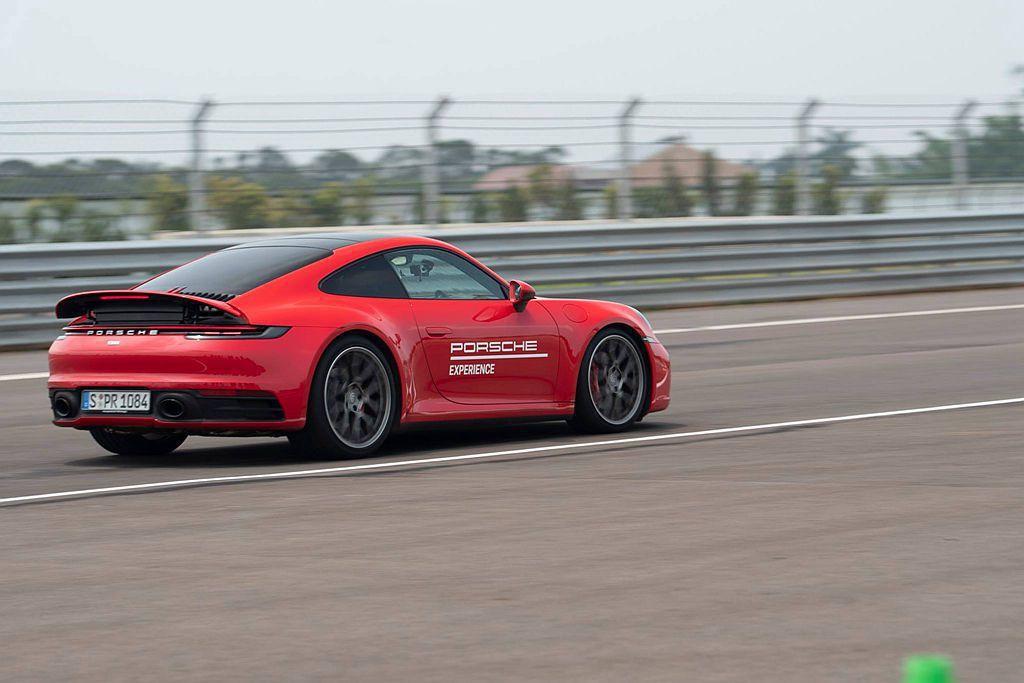 新世代保時捷911 Carrera S Coupe,相比舊世代車型在彎道中不僅更...