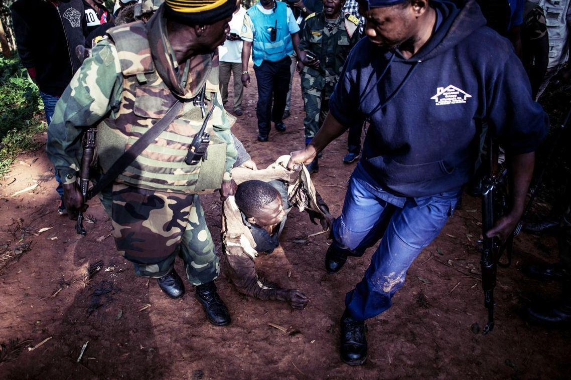 圖為今年3月,布滕博的伊波拉防疫中心(ETC)遭攻擊後,軍警逮捕攻擊者。 圖/法...