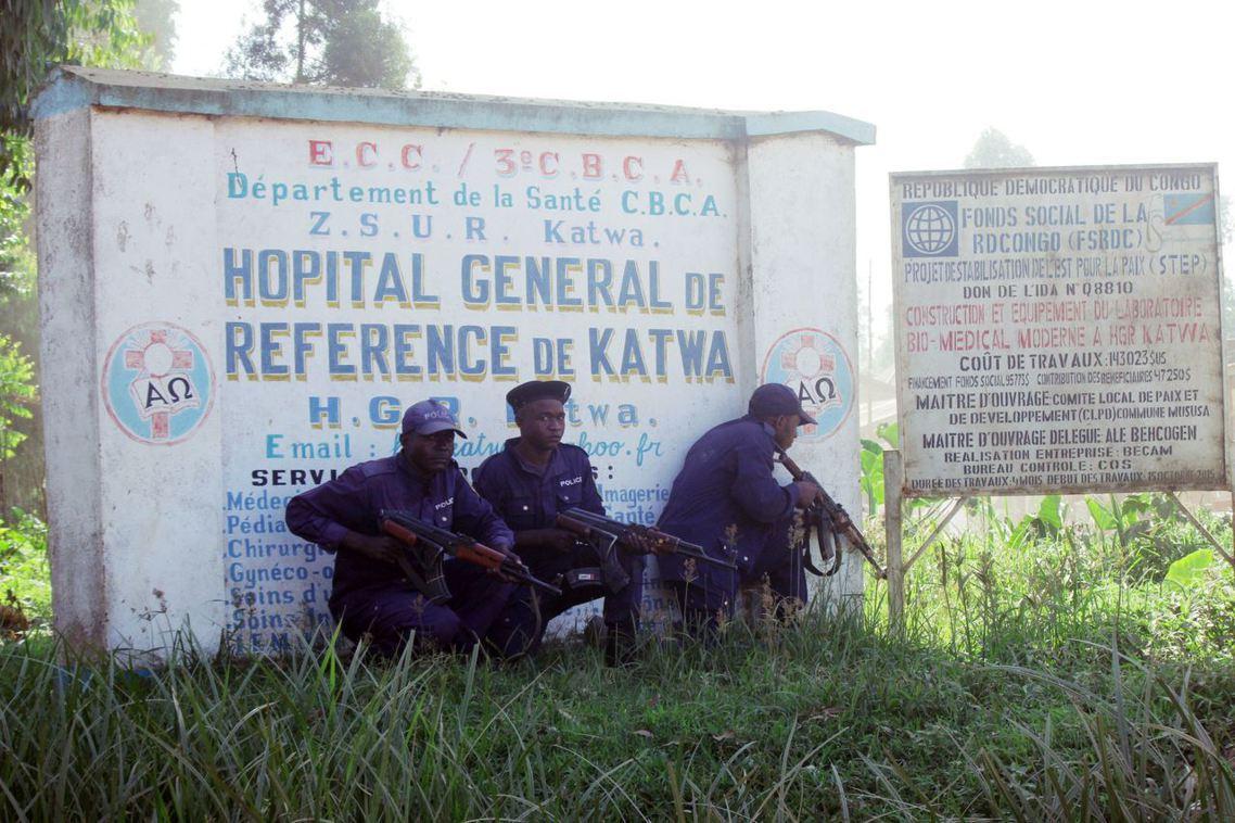 上周五WHO派遣的防疫專家遭暴民殺害後,軍警鎮守布滕博一間醫院。 圖/美聯社