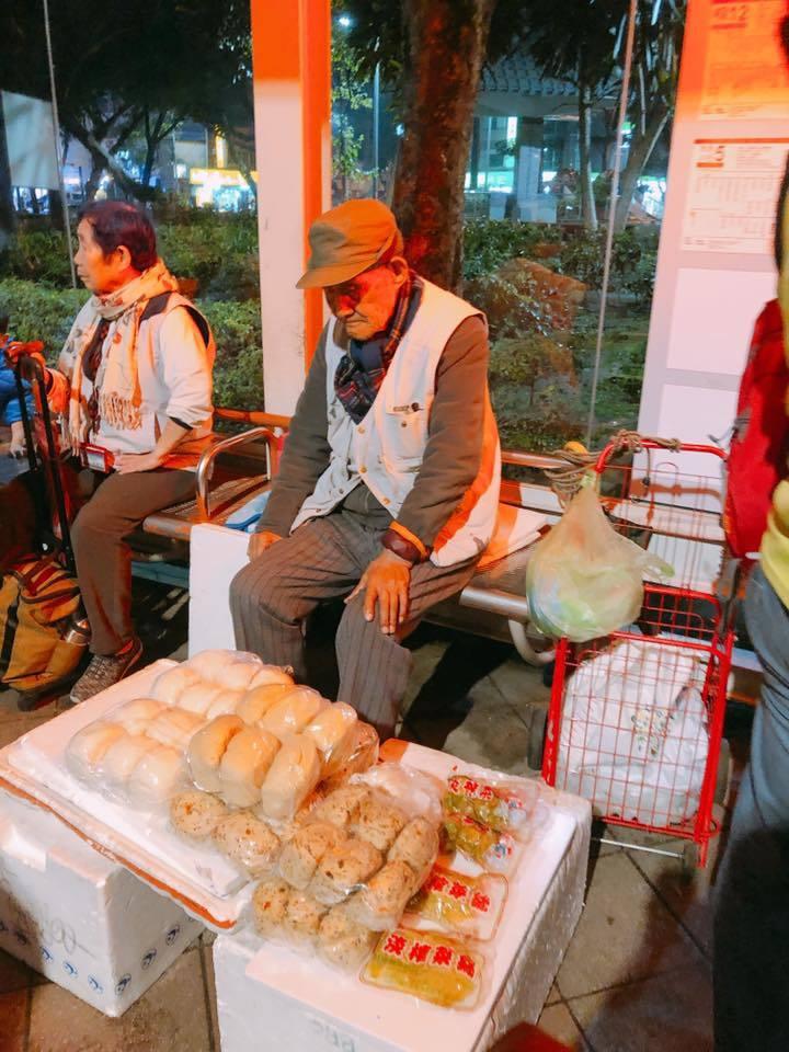 一名人瑞級105歲的曹爺爺,為了照顧生病的兒子,每天勤勞地在街頭賣饅頭,以維持自...