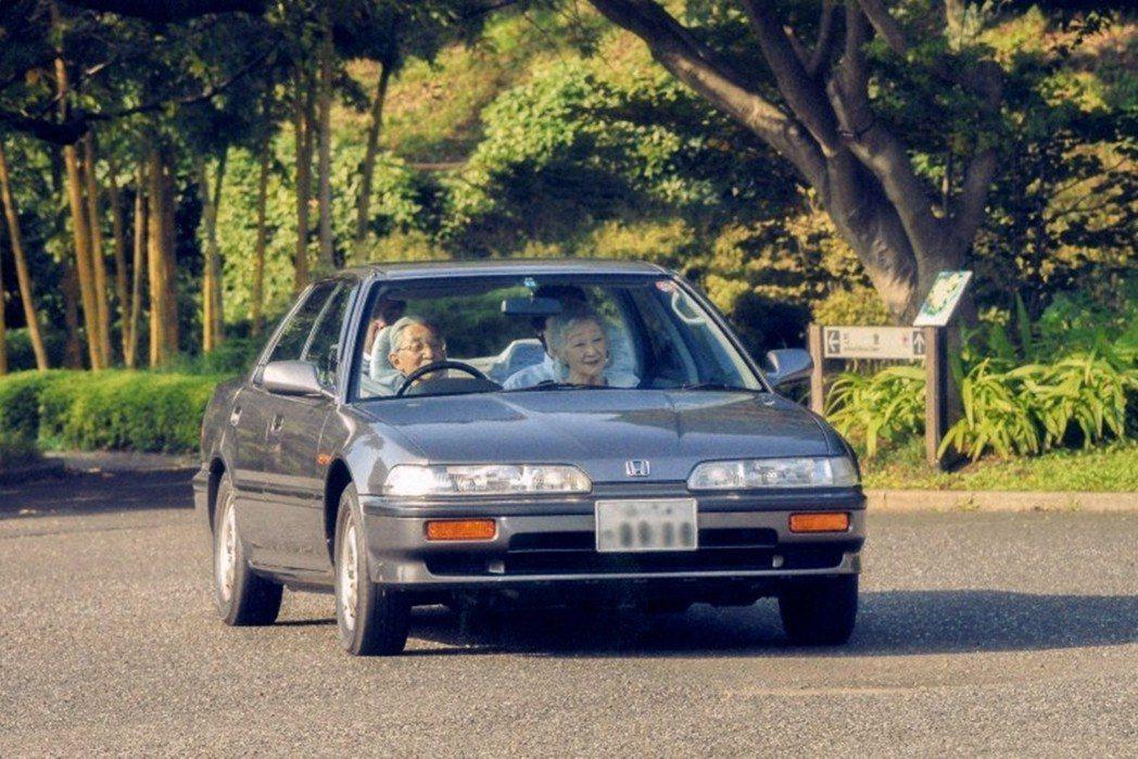 現年85歲的明仁天皇也是駕車愛好者,不過在2018年時,已明確表示不會再更新駕照...