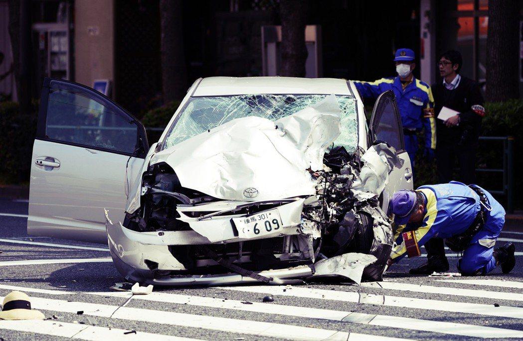 肇事者飯塚幸三駕駛的轎車,因誤踩油門卻無法即時反應,讓車輛以時速100公里高速暴...