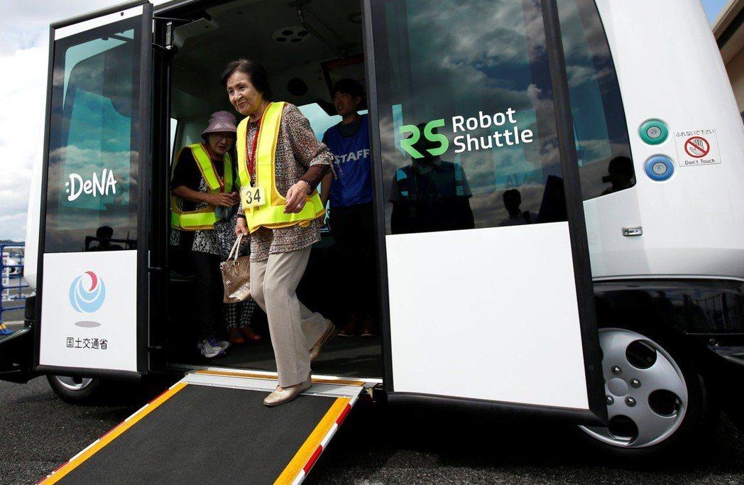 自動駕駛系統,可能是未來解決高齡化駕駛的救命丹。圖為日本栃木縣西方町的自動駕駛接...