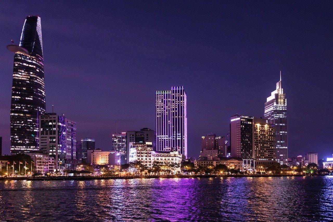 多數人認為越南是新興國家,若能赴任對存錢和工作發展都有幫助。圖為越南胡志明市,p...