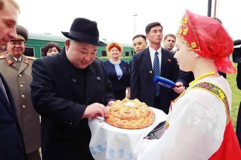 金正恩吃下象徵「歡迎光臨」的俄羅斯傳統接待餐點:「麵包與鹽」。 圖/法新社