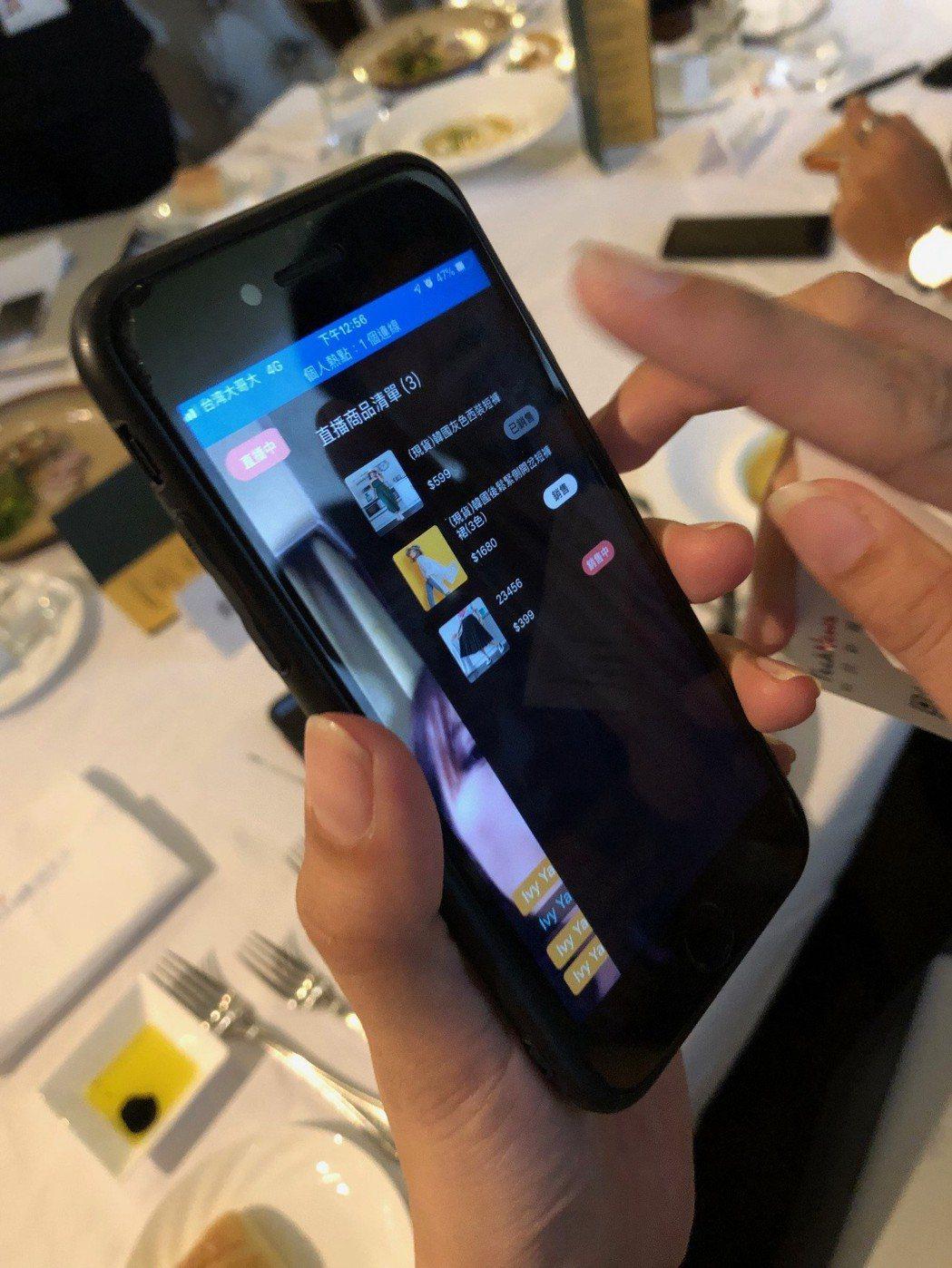HandsUP舉手購物提供一鍵多平台直播及智慧收單整合外,還能與大型電商平台合作...