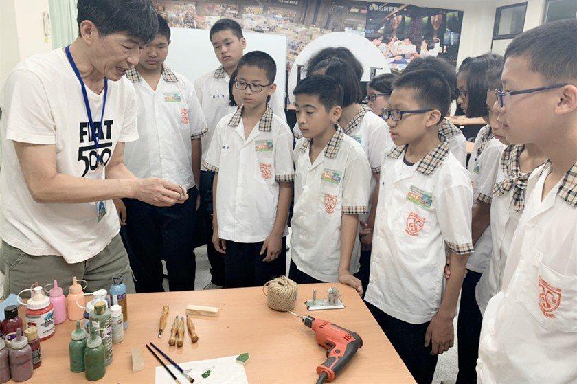 國中生體驗木工小物製作。 桃竹苗分署/提供