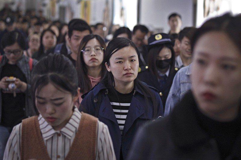 這個月,中國的「996工作制」引發熱烈討論。 圖/美聯社