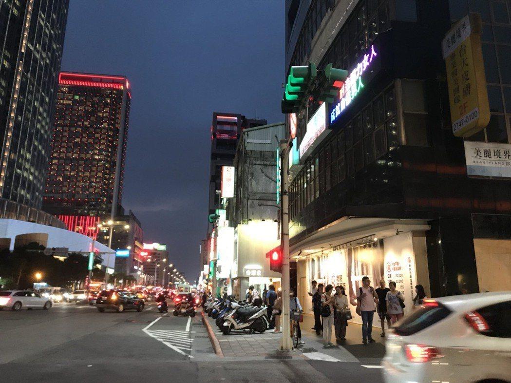 知名咖啡店退出信義區經營,由韓式烤肉店接手。 信義房屋/提供