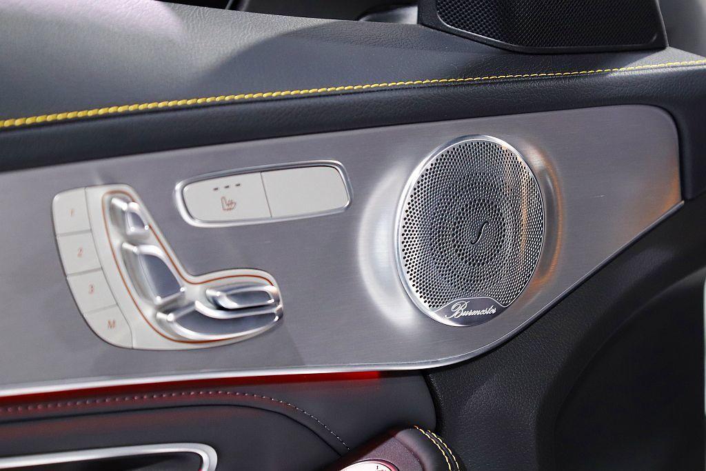 在舒適配備方面Mercedes-AMG提供C 63/C 63 S可選COMAND...
