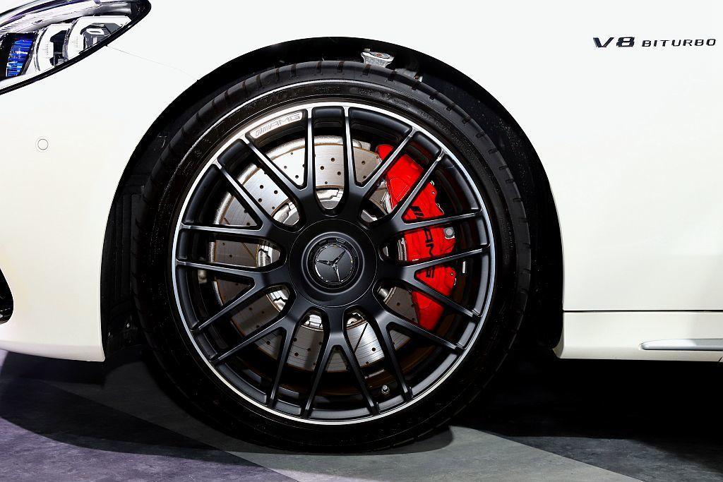 Mercedes-AMG C 63 S配置19吋AMG輪圈,搭配AMG高性能複合...