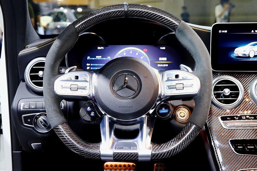 Mercedes-AMG C 63 S換上更有性能味的AMG碳纖維飾板專屬方向盤...