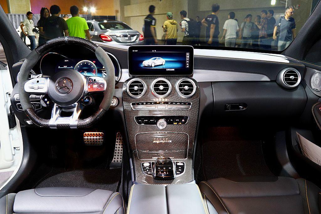12.3吋寬螢幕數位儀表與中控檯上方的10.25吋多媒體螢幕,整合智慧型手機整合...