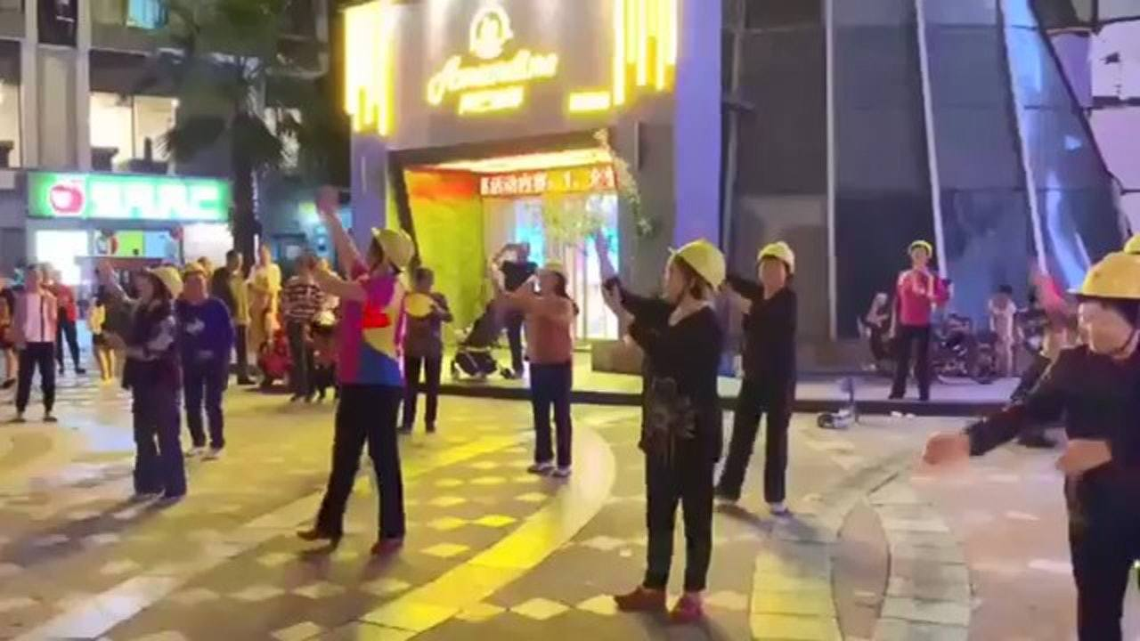 四川綿陽一個小區有一群大媽在廣場上戴着安全帽跳舞,不過安全帽並非他們的裝束,而是...