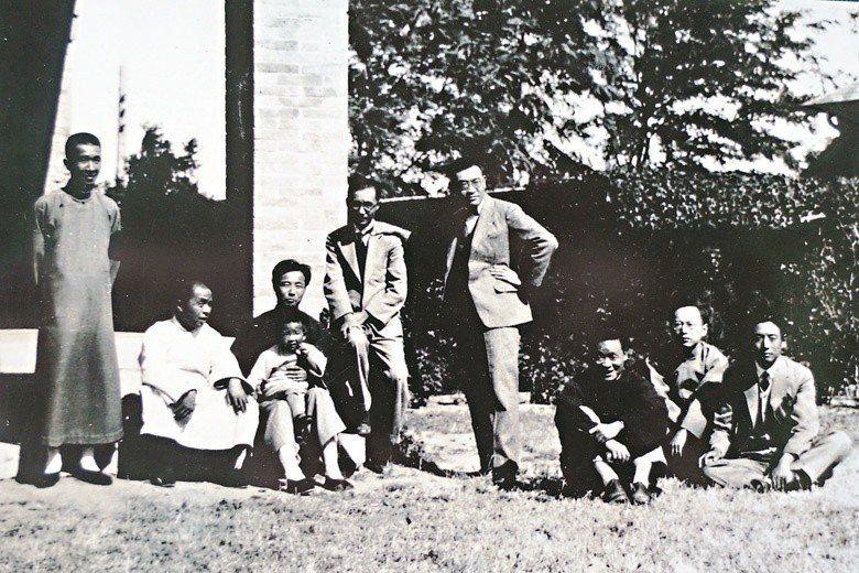 1930年,魏建功(右2)與北大畢業好友合影。魏建功兩側可見臺靜農、董作賓。抱著孩童的是顧頡剛,其右為莊嚴。 圖/聯合報系資料照、莊靈提供