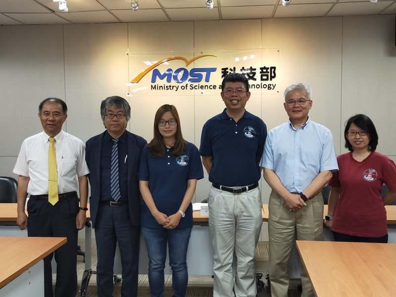 魏慶琳(右二)與楊穎堅(右三)帶領的研究團隊改良浮標技術,可讓颱風預測更準確。(...