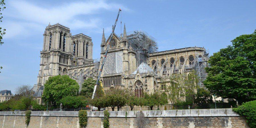 聖母院的屋頂在大火中受損嚴重,必須設法阻止雨水入侵。(Photo by Oliv...
