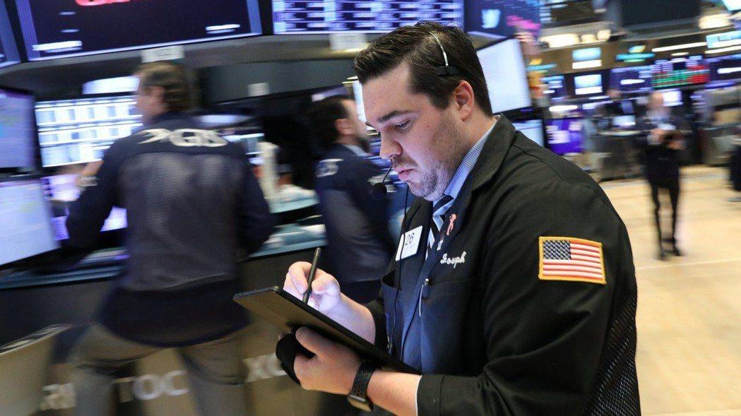 投資人正在等待陸續登場的企業財報,美股周三小幅下跌。  (路透)