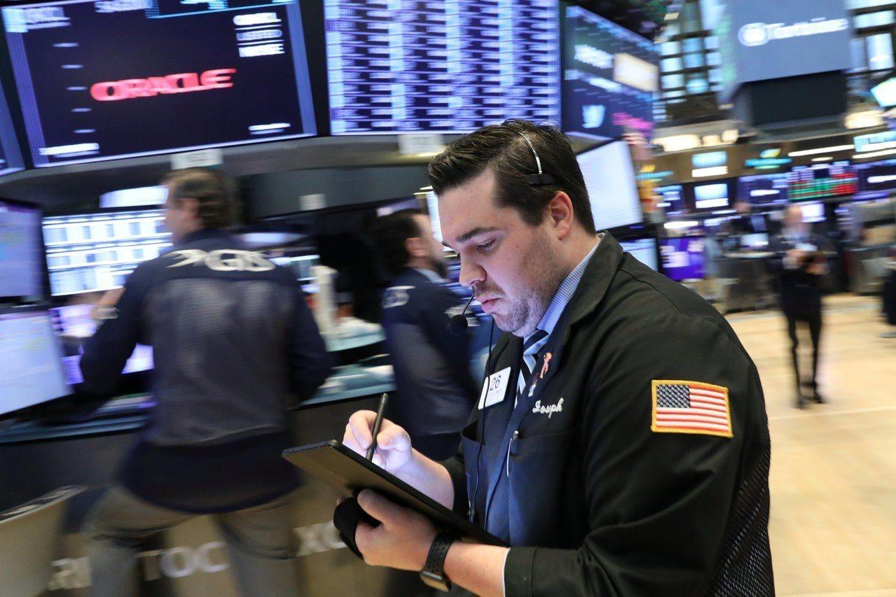 投資人正在等待陸續登場的企業財報,美股周三小幅下跌。 路透