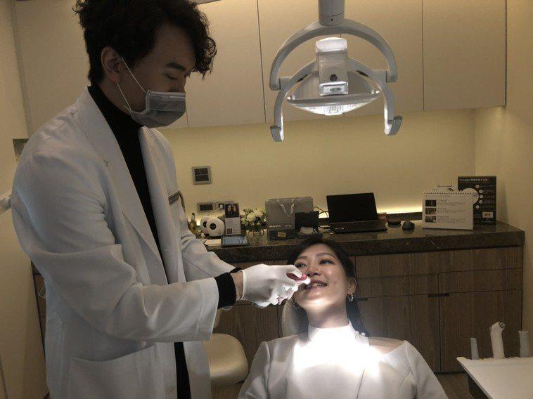 牙醫師宋權(右)觀察發現,門診患者高達95%潔牙方式錯誤。記者劉嘉韻/攝影