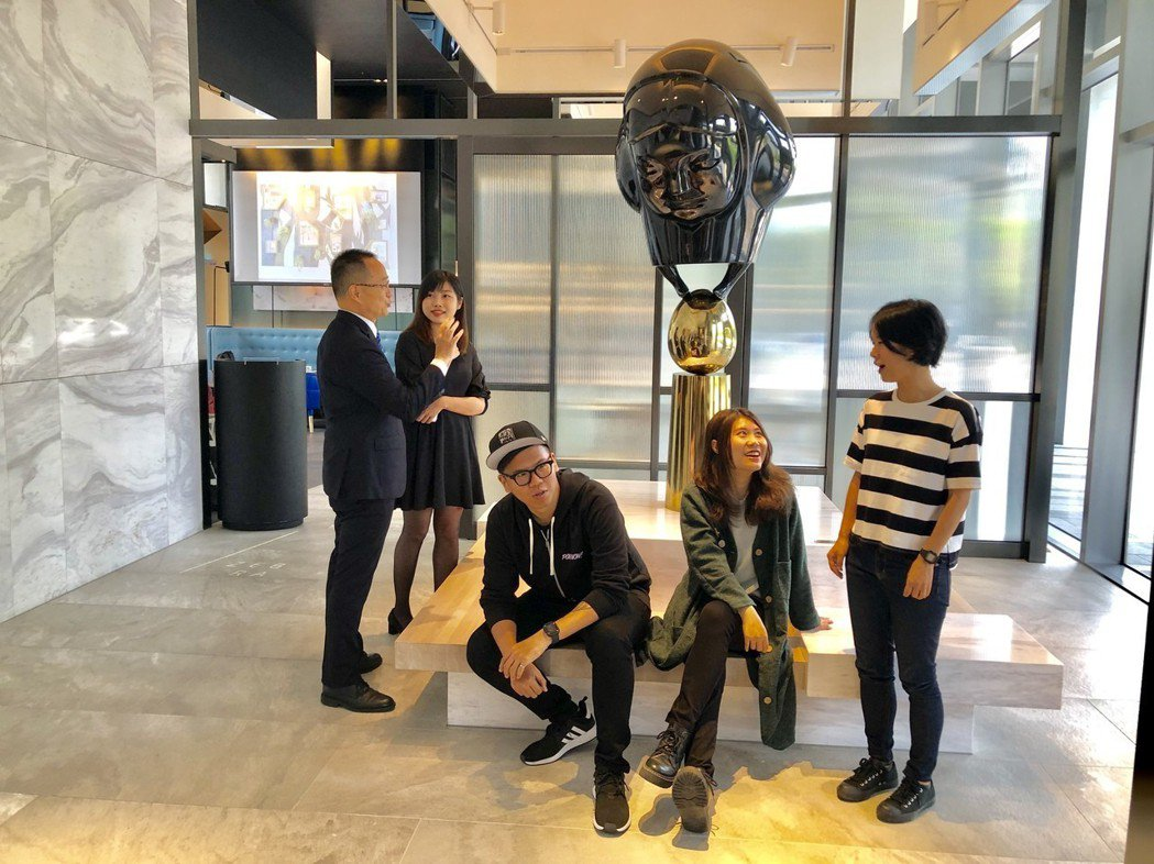 「超越五感」運用飯店獨有的美學展示空間,與多位藝術家及設計職人共同合作,以展覽形...