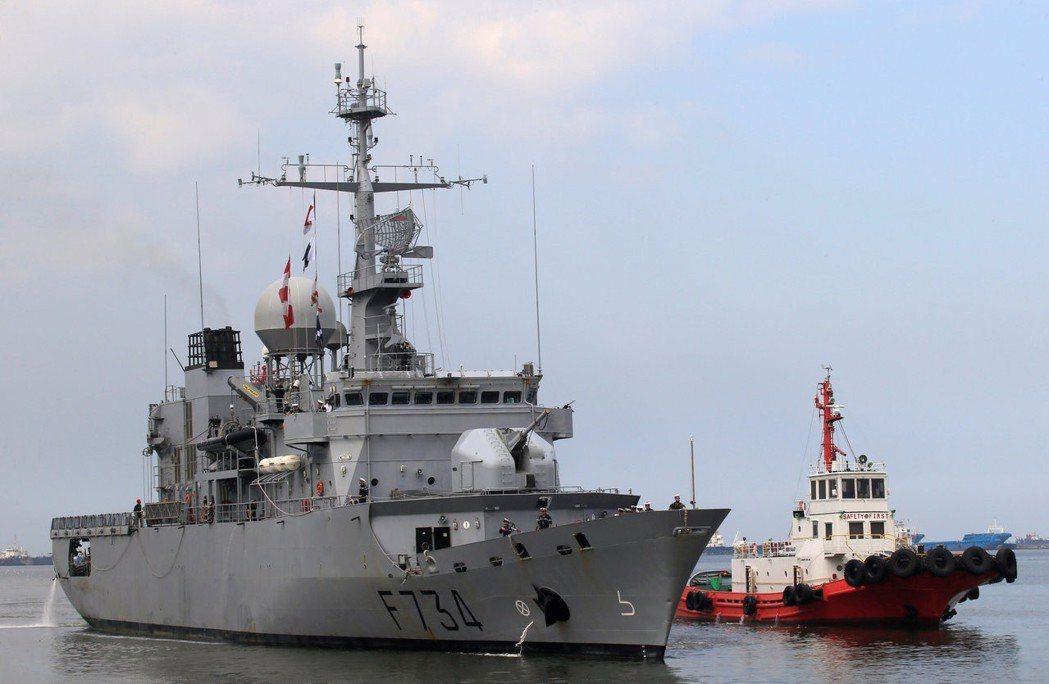 美國官員透露,法國巡防艦「葡月號」(左)本月6日通過台灣海峽。圖為該艦去年3月訪...