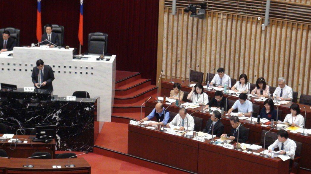 慶富案專案報告,高雄市長韓國瑜(坐位左一)列席。記者楊濡嘉/攝影