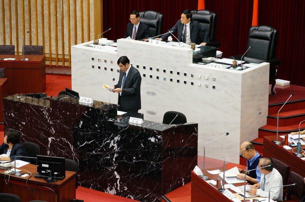 高雄銀行今天到議會做「高銀營運績效與呆帳處理專案報告」。 記者林伯驊/攝影