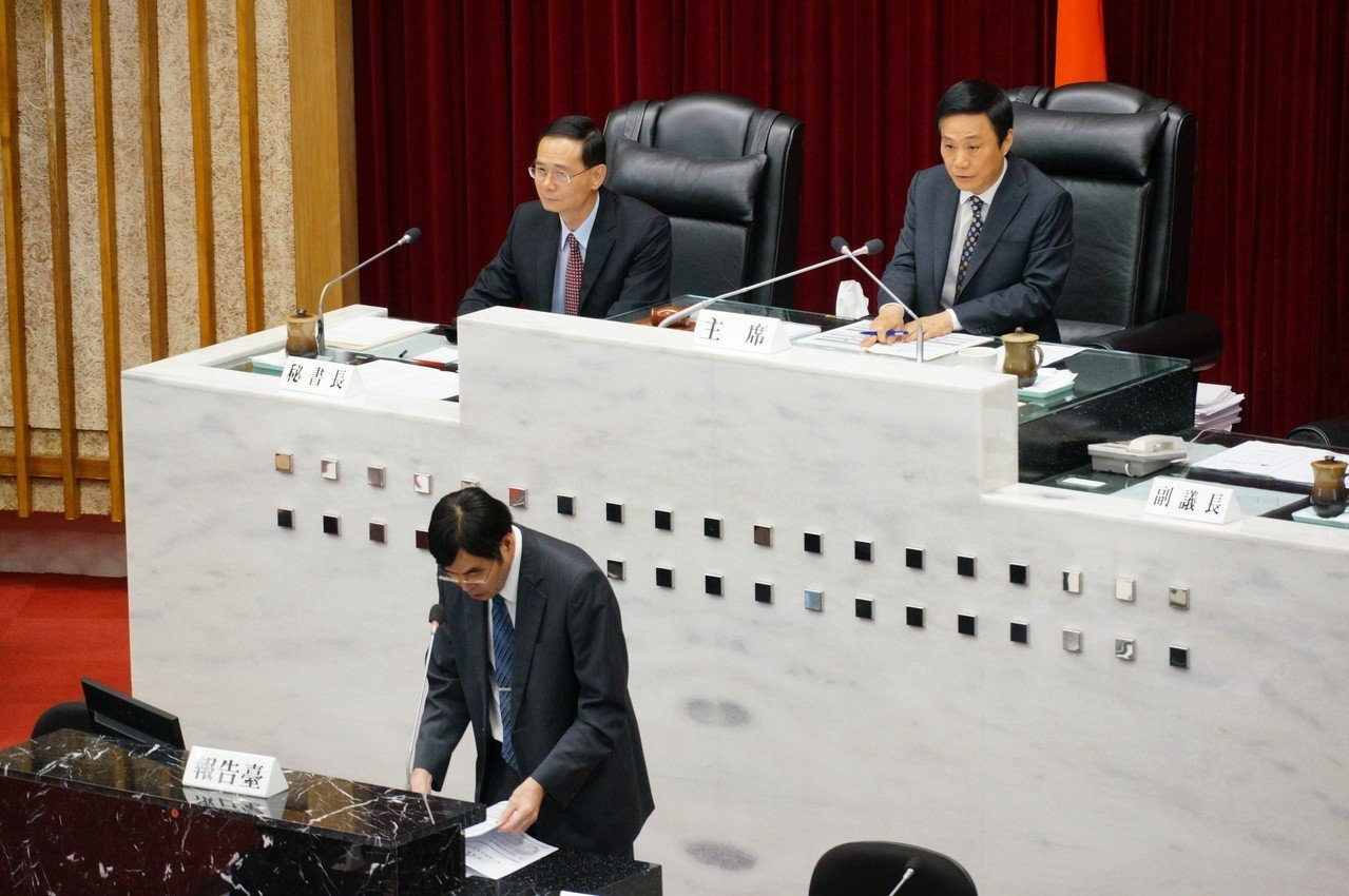 高雄銀行總經理王進安(前)今天在高市議會負責報告。記者林伯驊/攝影